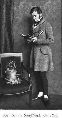 En toda la década de 1820 y los primeros años de la década 1830 se generalizaron unos pantalones tan ceñidos como las mayas de lycra (y no lo hubiese creído nunca de no haber visto un daguerrotipo, es decir, una fotografía primitiva de esos tiempos); como defensa debo decir que con botas altas la cosa no era tan desagradable, tanto como con el calzado masculino de ese período que dejaba a la vista el empeine.