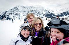 """""""Het leven begint pas bij vijftig."""" Dat zei koning Willem-Alexander maandagmorgen in Lech tegen een omstander bij de jaarlijkse fotosessie in het Oostenrijkse ski-oord. Die had de koning gevraagd of het zijn leeftijd nog wel ging. """"Vijftig is het nieuwe dertig""""', aldus Willem-Alexander die over precies twee maanden een halve eeuw oud is."""