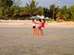 jugando en la playa. Olón #Olon #Ecuador