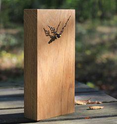 Horloge rectangulaire à poser en bois naturel modèle Click Clock signé Reine Mère, aite dans un bois issu des forêts du Jura gérées durablement, avec des emballages 100% recyclés.