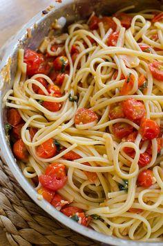 Pasta with cherry tomatoes, garlic and basil Tomato Pasta Recipe, Garlic Pasta, Pasta Recipes, Dinner Recipes, Cooking Recipes, Garlic Oil, Cooking Png, Chicken Tomato Pasta, Cherry Tomato Pasta Sauce