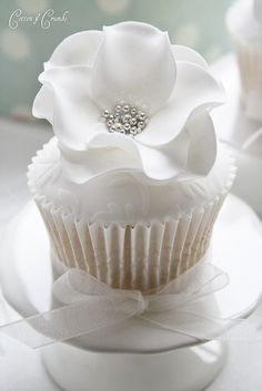 White Wedding  #wedding cupcakes ... Wedding ideas for brides, grooms, parents & planners ... https://itunes.apple.com/us/app/the-gold-wedding-planner/id498112599?ls=1=8 … plus how to organise an entire wedding ♥ The Gold Wedding Planner iPhone App ♥