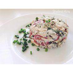 Простой и вкусный салат! Кура, черри и сыр порезать кубиками, заправить ложкой сметаны или натуральным йогуртом, украсить зеленью.