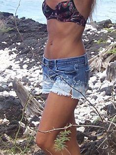 Bleichmittel getaucht mit Hibiscus Lei Denim-shorts
