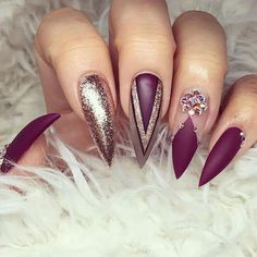If you're looking for a bold look, stiletto nails are your best choice. The trend of stiletto nails is hard to ignore. Whether you like it or not, stiletto nails will stay. Stiletto nails are cool and sexy, but not everyone likes them. Burgundy Nail Designs, Burgundy Nails, Burgundy Colour, Maroon Nails, Red Colour, Purple Nails, Purple Gold, Acrylic Nail Designs, Nail Art Designs