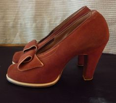 Fabulously fawn hued 1940s Suede Peep Toe Pumps. #vintage #1940s #shoes #heels