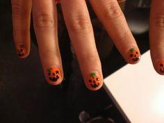 Unhas de abóbora para o #halloween http://vilamulher.terra.com.br/inspirese-unhas-de-halloween-9-3416368-110161-pfi-rafaellamaia.html