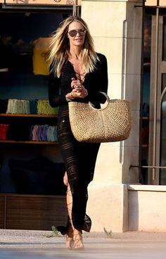 Elle Macpherson Street Style & more details Vogue Fashion, Cute Fashion, Fashion Outfits, Womens Fashion, Elle Macpherson, Estilo Fashion, Ideias Fashion, Street Style, Hippie Chic