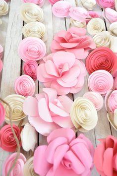 Papierblüten als Dekoration für deine Sommer-Hochzeit. Zu finden auf Etsy.