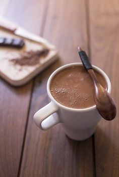 Ingredients: 100 gr of dark chocolate, 500 ml of water or almond milk, 50 gr of sugar, 1 tablespoon of unsweetened cocoa powder (optional). Dark Chocolate Brands, Good Morning Coffee, Unsweetened Cocoa, Barista, Love Food, Sweet Recipes, Dairy Free, Chocolate Recipes, Breakfast Recipes