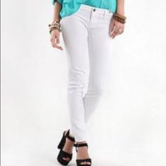 Bullhead white skinny jeans White skinny jeans that are perfect for any occasion! The lighting in the second picture makes them look off-white but they are white. Bullhead Jeans Skinny
