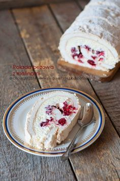 : ROULADE beige with raspberries Polish Desserts, No Bake Desserts, Delicious Desserts, Yummy Food, Baking Recipes, Cake Recipes, Dessert Recipes, Sweets Cake, Pavlova