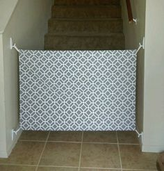 Safety tips for the correct decoration of the nursery - Kinder Zimmer - Baby Diy Diy Dog Gate, Diy Baby Gate, Baby Gate For Stairs, Stair Gate, Staircase Gate, Dog Stairs, Baby Decoration, Room Decorations, Fabric Baby Gates