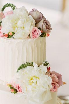 floral buttercream cake | Kati Mallory #wedding