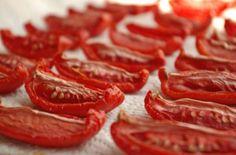 Άπλωσε φέτες ντομάτας σε ένα ταψί και το έβγαλε στο μπαλκόνι - Μόλις δείτε το λόγο θα τρέξετε να το κάνετε! - Γεύση & Συνταγές - Athens magazine Plum Tomatoes, Dried Tomatoes, Vodka Pasta, Tamarind Chutney, Snack Recipes, Healthy Recipes, Vegetable Recipes, Sun Dried, Food Blogs