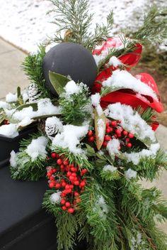 2013 Christmas mailbox cover decor, Christmas garland mail box decor #2013 #christmas #mailbox #decor www.loveitsomuch.com