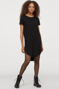 Short T-shirt dress in woven viscose fabric. Round neckline, short sleeves with sewn foldover cuffs, and rounded hem. Slightly longer at back. Pretty Black Dresses, Dress Black, T Shirt Court, Dusty Rose Dress, Camisa Formal, Viscose Fabric, Fashion Company, World Of Fashion, Sleeve Styles