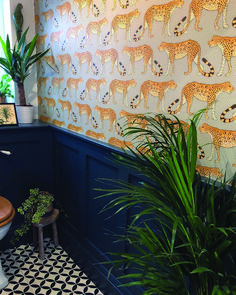 Leopard wallpaper by Cole and Son in the amazing bathroom of Leopard Tapete von Cole and Son im tollen Badezimmer von Bathroom Ideas Uk, Rustic Bathroom Vanities, Cloakroom Ideas, Budget Bathroom, Wallpaper Toilet, Of Wallpaper, Cloakroom Wallpaper, Wallpaper Plants, Wallpaper Jungle