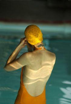 Kodachrome, femme en maillot de bain orange, piscine bleu turquoise