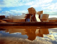 Frank Gehry (by Peter Knaup) Frank Gehry, Beautiful Architecture, Modern Architecture, Prix Pritzker, Places Of Interest, Gaudi, Serenity, Scenery, Rustic