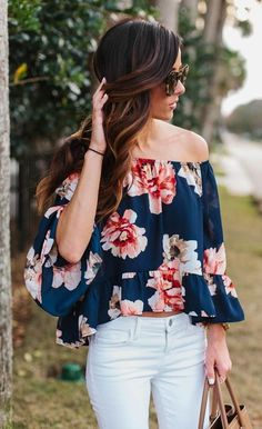 Summer Fashion What to Wear With White Jeans - Off-the-shoulder floral print top _ white skinny jeans—date night! 30 Outfits, Stylish Outfits, Spring Outfits, Cute Outfits, Fashion Outfits, Womens Fashion, Petite Fashion, Ladies Fashion, Curvy Fashion