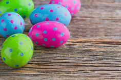 Έχεις βαρεθεί τα κλασικά κόκκινα αβγά και τη διακόσμηση με αυτοκόλλητα; Οι παραδοσιακές λύσεις με το κρεμμύδι, τα φυλλαράκια και το καλσόν δε σε ενθουσιάζουν; Από τη Δήμητρα Γκούντρα