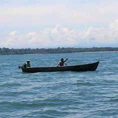 Un paseo en lancha es una oportunidad de disfrutar de un estilo de vida relajado.  A boat ride is an opportunity to enjoy a relaxing lifestyle.  Bocas del Toro Panamá  #bocasdeltoro #Panama #Caribe #caribbean #bocatorenos #bocaspeople