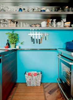idée maline : égayer une cuisine blanche en peignant le mur du