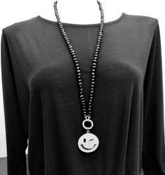Schwarze Halskette mit Smiley Anhänger  #modeschmuck #langehalskette #schwarzeHalskette #smileyhalskette #glasperlenkette #damenkette Smiley, Piercing, Pendant Necklace, Jewelry, Fashion, Black Necklace, Long Necklaces, Fashion Jewelry, Moda