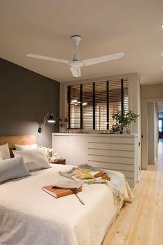 Dormitorio principal con pared en gris oscuro, pared acristalada a baño, cajonera y ventilador 00357897 - #decoracion #homedecor #muebles