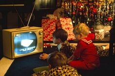 Boys watch the Christmas Eve broadcast from the Apollo 8 astronauts in space on Dec. 24, 1968. #Apollo8 #TV #Medien #Fernsehen #Weltraum #Weltall #space