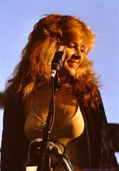 Stevie Nicks , sunshiny golden Goddess, showing a bit of nipppage ☆♥❤♥☆ Pretty People, Beautiful People, Beautiful Women, Buckingham Nicks, Stephanie Lynn, Stevie Nicks Fleetwood Mac, Stevie Nicks 70s, Stevie Ray, Women Of Rock