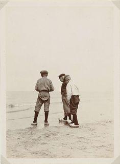 Drie jongens op het strand van Scheveningen, James Higson, 1904