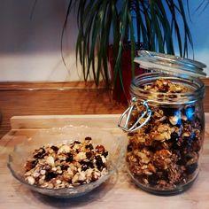 Kolejny z moich śniadaniowych hitów :) domowa granola! Te sklepowe omijamy szerokim łukiem ;) zawierają cukier syrop glukozowo-fruktozowy utwardzone tłuszcze roślinne czyli wszystko czego powinniśmy unikać. Moja granola zawiera dużo orzechów suszonych owoców pestek i nasion płatki i otręby owsiane cynamon oraz miód. Za każdym razem wychodzi inaczej bo robię ją ze składników które mam akurat w domu. Spróbujcie jeśli jeszcze nie robiliście! #granola #sniadanie #zdrowyposilek #zrobtosam by…