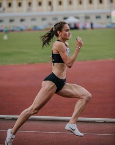 Running Friends, Running Techniques, Fitness Wear Women, Long Jump, Figure Poses, Dynamic Poses, Track Workout, Muscle Body, Action Poses