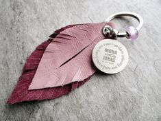 Schlüsselanhänger mit Federn aus Leder und Gravur, Geschenk / keychain with feathers made of leather and engraving, perfect gift made by Lieblingsmensch - lieblings'accessoires via DaWanda.com