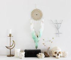 Antre des Sirènes .  attrape-rêves plumes turquoise menthe et blanc tye & dye et nacre brut .