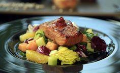 El salmón es uno de los pescados más ricos  y saludables, aquí te presentamos una ensalada que te va a encantar. Es un salmón a la parrilla aderezado con Chile Chipotle Molido en Adobo San Marcos®, especies y salsa de soya. ¡Delicioso!