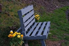What a great use of an old pallet - a pallet chair! How to make pallet furniture & repurpose or reuse old pallets into something useful. Pallet Garden Benches, Pallet Crates, Pallet Chair, Diy Pallet, Pallet Ideas, Wooden Benches, Pallet Tables, Pallet Designs, Recycled Pallet Furniture