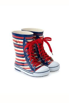 La (infinita) colección de zapatos de Harper Beckham. Botas de rayas de Marc Jacobs (84, 60 €).