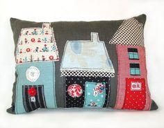 Cojín con aplicaciones de casas en distintas telas. Houses pillow.