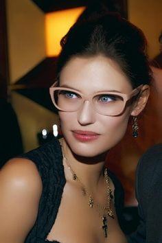 Bianca Balti con occhiali da vista