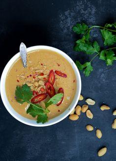 Grønkålssalat med melon og peanutbutterdressing Thai Salat, Thai Red Curry, Pesto, Broccoli, Peanut Butter, Vegetarian Recipes, Dips, Blues, Healthy Eating