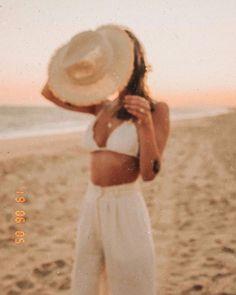 Retro style photography, Summer vibes, beach look. Beach Photography Poses, Beach Poses, Beach Shoot, Beach Babe, Sunset Beach, Beach Aesthetic, Summer Aesthetic, Summer Pictures, Beach Pictures