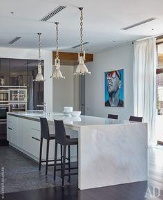 Кухня. Барные стулья Anna, Crassevig. В мраморную столешницу кухонного острова вмонтирован подогрев, чтобы камень не был холодным.