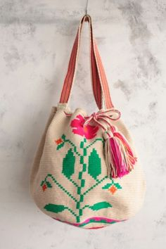 loving the natural / boho style at the moment Mochila Crochet, Tapestry Crochet, Little Bag, Mode Inspiration, Beautiful Bags, My Bags, Purses And Handbags, Straw Bag, Fashion Accessories
