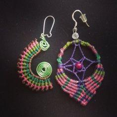 Pendientes desiguales hechos con la técnica de macramé #artesanias #verde #morado #pendientes #colorful #beauty