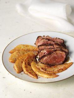 Magret de canard au four et sa poelée de coing Mini Burgers, Bon Appetit, Poultry, Steak, Bacon, Food And Drink, Pork, Beef, Dishes