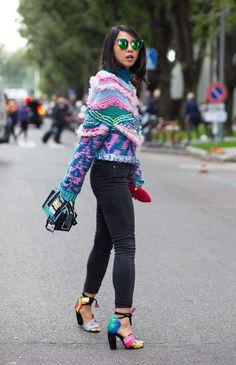 fashion week street style inspiration, colorful heels | Cute Sweaters, Sweater Skirt, Pretty Outfits, Autumn Style, Sweater Weather, Tokyo Style, Tokyo Street Style, Rainbow Sweater, Colorful Heels