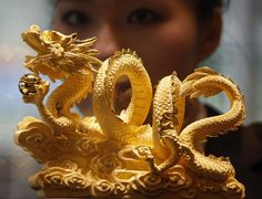 Pictured is a nine-tael golden dragon, forming the numerals in a Hong Kong jewellery store in December. The dragon would. Chinese Dragon Art, Gold Dragon, Dragon China, Dragon Head, Dragons, Dragon Pictures, Dragon Images, Year Of The Dragon, Dragon Artwork